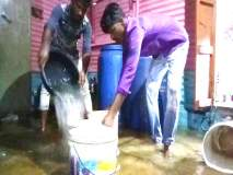 धक्कादायक; प्रेत बाजूला ठेवून काढले घरात शिरलेले पावसाचे पाणी