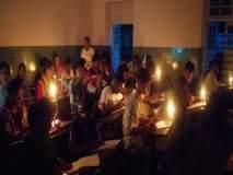 .. जेव्हा स्मार्ट सिटीतले विद्यार्थी देतात मेणबत्तीच्या उजेडात परीक्षा