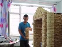 नूडल्सच्या दोन हजार पॅकेट्सपासून तयार केलं त्याने छोटसं घर!
