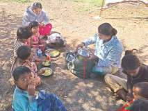 अंगणवाडीच्या मुलांची शाळा भरतेय झाडाखाली