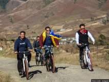 सलमानची अरुणाचलच्या रस्त्यावर सायकलिंग, नेत्यांनीही दिली साथ!