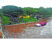 पुराच्या पाण्यात पडताहेत धोकादायक उड्या...। एकाचा बळी