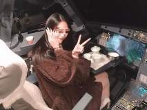 कॉकपिटमध्ये फोटो काढून महिला जोमात अन् तिकडे पायलट 'कोमात'...