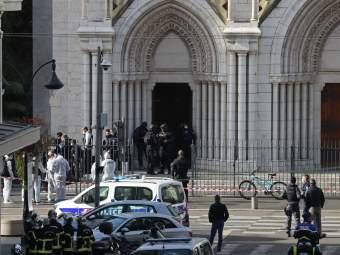 Nice Attack: हातात कुराण अन् चाकू घेऊन चर्चमध्ये घुसला हल्लेखोर; ३ जणांना केलं ठार - Marathi News | France Nice Terror Attack Tunisian Attacker Carrying Knife And Quran Enters Inside | Latest international News at Lokmat.com