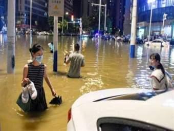 चीनमध्ये कोरोनानंतर आता पुराचं थैमान, 106 जणांचा मृत्यू, लाखोंचं नुकसान - Marathi News | After corona virus china face flood situation 106 dead loss of millions | Latest international News at Lokmat.com