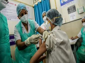 Corona Vaccination: मोठी बातमी! आता खासगी हॉस्पिटलमध्येही मिळणार कोरोना लस; मुंबईत 'या' रुग्णालयांना परवानगी - Marathi News   Corona Vaccination: Big News! Corona vaccine will now be available in private hospitals   Latest mumbai News at Lokmat.com