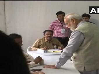 Lok Sabha Election Voting Live : अहमदाबादमध्ये पंतप्रधान नरेंद्र मोदींनी बजावला मतदानाचा हक्क