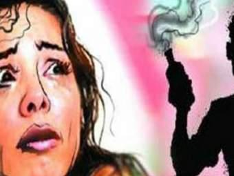 बलात्काराचा खटला मागे घेण्यास नकार दिला; आरोपींनी महिलेवर अॅसिड फेकले