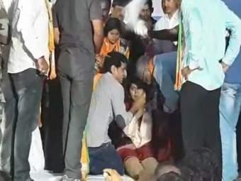 Maharashtra Election 2019: ... म्हणून पंकजा मुंडेंना भोवळ आली, प्रकृती स्थिर असल्याचं सांगत डॉक्टरांंचं स्पष्टीकरण