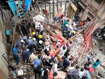 डोंगरी इमारत दुर्घटना प्रकरण : अधिकारी, ठेकेदार आणि ट्रस्टींविरोधात गुन्हा दाखल