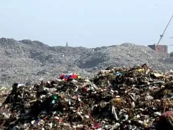 भाईंदरच्या उत्तन येथे महापालिका डंपिंगमधील कचऱ्याचा डोंगर लगतच्या 8 घरांवर कोसळला - Marathi News   A mound of rubbish from the municipal dumping at Bhayander's Uttan collapsed on 8 nearby houses   Latest thane News at Lokmat.com