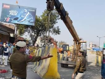 Video: शेतकरी आंदोलनाला वेगळे वळण; सिंघू बॉर्डरवर स्थानिक उतरले रस्त्यावर - Marathi News | Singhu border Locals came on road against Farmer protest | Latest national News at Lokmat.com