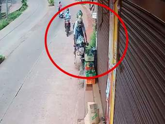 VIDEO: चूक कोणाची अन् शिक्षा कोणाला! धडक चुकवण्याच्या प्रयत्नात दुचाकीस्वार १० फूट उडाला - Marathi News | Biker Jumps 10 Feet In Air Watch Manglore Bike Accident captured in Cctv Viral Video | Latest national News at Lokmat.com