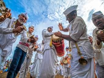 हेलिकॉप्टरमधून येणार मानाच्या पालख्या; एका पालखीत असणार पाच वारकऱ्यांचा समावेश - Marathi News   Mana's scaffolding will arrive in the helicopter; Five Warakaris will be in a palanquin ...   Latest solapur News at Lokmat.com