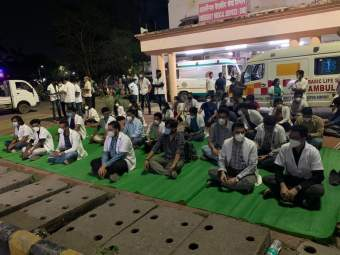 CoronaVirus in Nagpur: डॉक्टरही झाले हतबल! ना ऑक्सिजन, ना बेड; रुग्णांवर उपचार करायचे कसे? नागपुरात आंदोलन - Marathi News | doctor also became helpless! No oxygen, no bed; How to treat patients? protest in Nagpur | Latest nagpur News at Lokmat.com