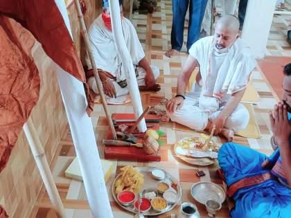 In Amalnera, the pillar was erected by performing pooja in the village itself | अमळनेरात वाडीतच पूजाअर्चा करून स्तंभारोपण
