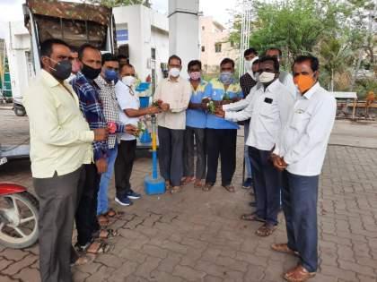 NCP Youth Congress protests against increase in fuel and fertilizer prices | इंधन, खतांच्या दरवाढीचा राष्ट्रवादी युवक काँग्रेस तर्फे निषेध