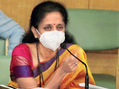 Activists who have been photographed three times without masks, their ticket cut: Supriya Sule's warning | ज्याकार्यकर्त्यांचा तीनवेळा विनामास्क फोटो, त्यांचं तिकीट कट : सुप्रिया सुळेंचा गर्भित इशारा