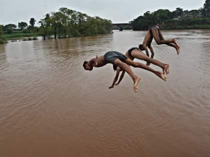 Nine dams in the district are under water, heavy rains in the dam area   जिल्ह्यातील नऊ बंधारे पाण्याखाली, धरणक्षेत्रात जोरदार पाऊस
