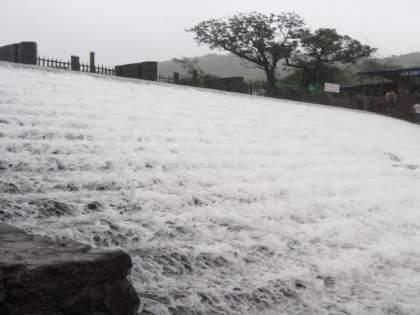 A tourist attraction Bhushi Dam of lonavala overflow | लोणावळ्यातील पावसाळी पर्यटनाचे मुख्य आकर्षण असणारे भुशी धरण 'ओव्हरफ्लो'