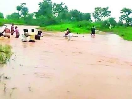 Floods in nallas, hundreds of villages flooded   नाल्यांना पूर, शेकडो गावात शिरले पाणी