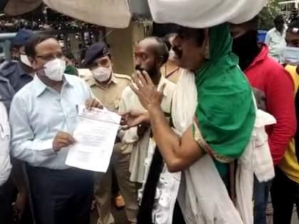 Gurgunda agitation of labor leaders in front of Ulhasnagar Municipal Corporation; Demand for cancellation of contract of contract workers   उल्हासनगर महापालिका समोर कामगार नेत्यांचे गुरगुंडा आंदोलन;कंत्राटी कामगारांचा ठेका रद्द करण्याची मागणी