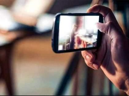 Offensive photo found in youth's mobile to servant and servant blackmail him | तरुणाच्या मोबाईलमध्ये आढळले आक्षेपार्ह फोटो अन् नोकराने केले ब्लँकमेल