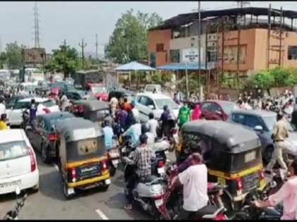 Huge crowds in Khopoli as the market is closed for five days | पाच दिवस बाजारपेठ बंद असल्याने खोपोलीत प्रचंड गर्दी