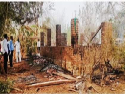 Nizampur Abdungit cattle ranch on fire; 3 buffaloes run away and die | निजामपूर अबडुंगीत गुरांच्या वाड्याला आग; ३ म्हशींचा होरपळून मृत्यू