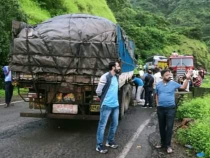 Truck stops in Karul Ghat, hinders return journey of servants   करुळ घाटात ट्रक बंद, चाकरमान्यांच्या परतीच्या प्रवासात अडथळा
