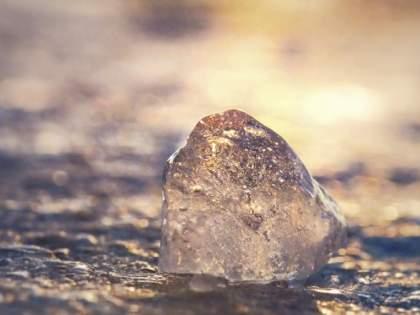 The golden stone fell from the sky, took the talatta in Vashi and ran to the field   आकाशातून पडला सोनेरी दगड, तलाठ्याने तात्काळ घेतली शेतात धाव