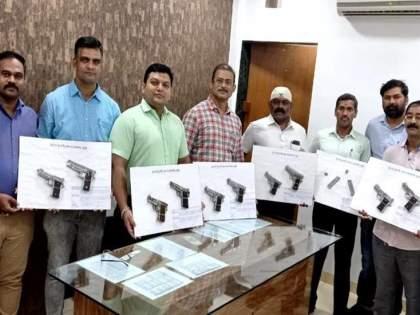 21-year-old arrested in Mumbai, by crime branch 12 magazines with 10 guns seized | मुंबईत 21 वर्षीय युवकाला अटक, 10 पिस्तुलसह 12 मॅगजीन जप्त