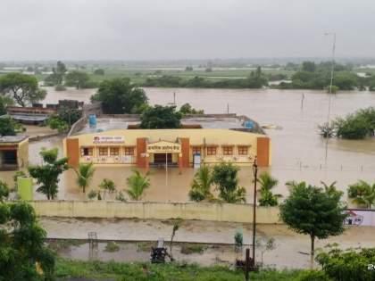 Gulab Cyclone: Heavy rains in Marathwada, floods in the river, water seeping into the village, people on the roof | Gulab Cyclone : मराठवाड्यात पावसाचा धुमाकूळ, नदीला पूर, गावात शिरलं पाणी, लोकं छतावर