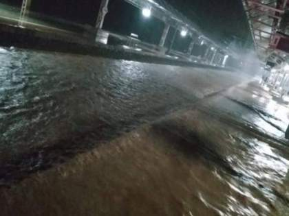 Mumbai Rain heavy rain mumbai and nearby area Water up to platform height Central Railway disrupted | Mumbai Rain : मुसळधार पावसामुळे प्लॅटफॉर्मच्या उंचीपर्यंत पाणी; मध्य रेल्वेची वाहतूक विस्कळीत