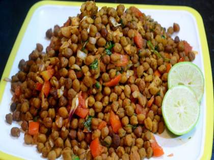 Choupati style recipe of tasty Chana Chaat   चौपाटी स्टाईल चटपटीत, चमचमीतचना चाट घरी बनवून तर बघा !