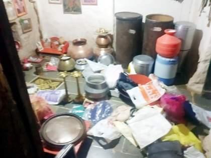 Eight burglaries in Chapalgaon; Thieves raid gold brought for girl's wedding   चपळगावात आठ घरफोड्या;मुलीच्या लग्नासाठी आणलेल्या सोन्यावर चोरांचा डल्ला