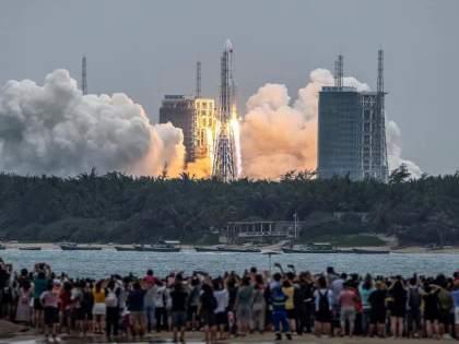 Chinese Rocket Landing: China's uncontrolled rocket finally crashed into the Indian Ocean | Chinese Rocket Landing: चीनचे अनियंत्रित रॉकेट अखेर भारतीय समुद्रात कोसळले; जगाने सुटकेचा नि:श्वास सोडला