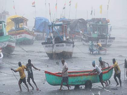 Tauktae Cyclone 7 killed in Gujarat; Huge damage in many districts thousands of villages in darkness   Tauktae Cyclone: गुजरातमध्ये ७ मृत्युमुखी;अनेक जिल्ह्यांमध्ये प्रचंड नुकसान, हजारो गावे अंधारात