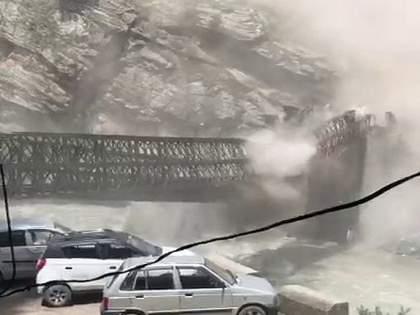 Himachal pradesh Landslide in Kinnaur bridge collapsed; Rocks fall on tourist vehicle, nine people killed | किन्नौरमध्ये भूस्खलनामुळे पूल तुटला; पर्यटकांच्या गाडीवर कोसळले दगड, नऊ जणांचा मृत्यू