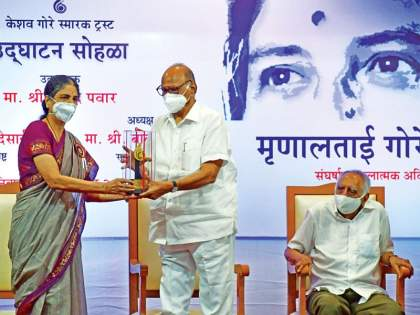 Sharad Pawar says communication Lost from politics | राजकारणातून संवाद हरवला; कोणीही उठतो अन् कोथळा काढण्याची भाषा करतो - शरद पवार