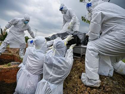 CoronaVirus Frightening coronavirus wreaks havoc in southeast asia death toll from infection increased | भयावह! मलयेशियावर कोरोनाचा कहर, परिस्थिती बिघडली; जमिनीवर उपचार, श्वासासाठी धडपडतायत रुग्ण