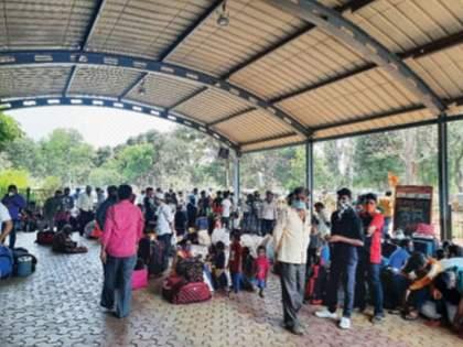 Crowds on Panvel railway area No use of masks   परप्रांतीयांच्या गर्दीने पनवेल रेल्वे परिसर गजबजला, सामाजिक अंतराचा फज्जा; मास्कचा वापरही नाही