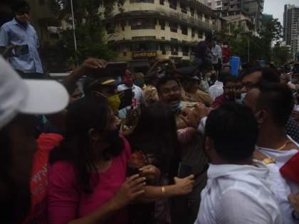 Ram Mandir Land Scam Issue: BJP-Sena workers clashed in front of Shiv Sena Bhavan; police escorted | शिवसेना भवनासमोरच भाजपा-सेना कार्यकर्ते भिडले; दादरमध्ये तणाव, पोलीस बंदोबस्त वाढवला
