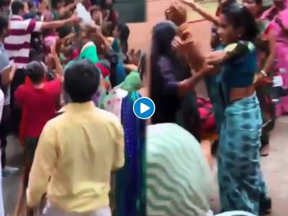OMG : Women fight with each other for the vaccination in Khargone Madhya Pradesh   VIDEO : वॅक्सीनवरून महिलांची फ्री स्टाईल हाणामारी, एकमेकींचे केस ओढत मारामारी