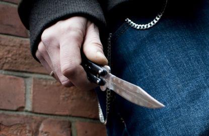 The four robbed by beating those who stopped to urinate | लघुशंकेसाठी थांबलेल्यांना मारहाण करून चौघांनी लुटले