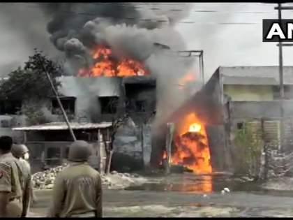 Fierce fire to chemical company, 10 vehicles of fire brigade filed in up gaziyabad   केमिकल कंपनीला भीषण आग, अग्निशमन दलाच्या 10 गाड्या दाखल