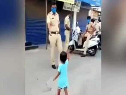Video : Innocent girl gives stick to police cop whose duty during corona curfew see viral video | Video : लॉकडाऊनमध्ये ड्यूटी करणाऱ्या पोलिसांनी चिमुरडीच्या हातात दिला दांडा; मग पाहा काय झालं.....