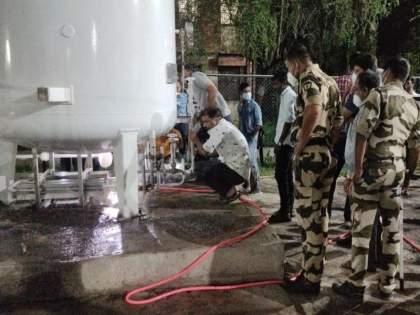The oxygen tank at Miraj Government corona Hospital suddenly leaked on Wednesday nigh   मिरज 'सिव्हिल'मध्ये ऑक्सिजन टँकला गळती; प्रशासनाची धावपळ, रुग्ण सेवेवर परिणाम नाही