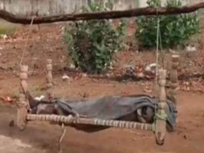father walks 35 km : Madhya pradesh father walks 35 km carrying daughters dead body on cot in singrauli   लेकीचा मृतदेह खाटेवर ठेवत ३५ किलोमीटर वणवण फिरला बाप; कोणाचाच नाही मदतीचा हात