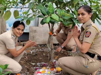 Women police 'On Duty' Vatpoornima in the pimpri | कर्तव्यदक्ष खाकीवर्दीची 'ऑन ड्युटी' वटपौर्णिमा; वडपूजनासोबतच महिला पोलिसांनी केला 'हा' निर्धार